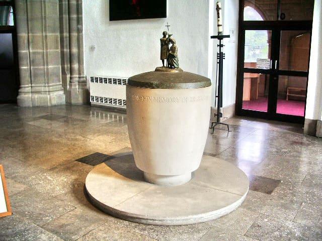Eierbecher als Taufbecken in der Kirche