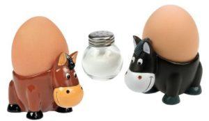 Lustige Pferde Eierbecher aus Kunststein 2er Set. Ideal als Geschenk für das lustige Frühstück mit Partner oder in Familie. Spaß am Frühstückstisch