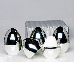 Eierwärmer, Warmhalte-Eierbecher 4er-Set in farbiger Geschenkverpackung: Diese hochwertigen komplett chromfarbenen Thermo-Eierbecher aus Kunststoff halten Frühstückseier warm und sind ein praktischer Hingucker an jedem schön gedeckten Tisch - ideal auch für Ostern! Innen befindet sich eine Isolierschicht aus weißem Styropor zum Warmhalten.